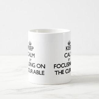 Guarde la calma centrándose en el curable taza básica blanca