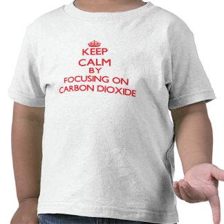 Guarde la calma centrándose en el dióxido de camisetas