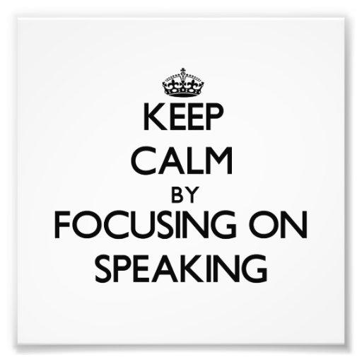 Guarde la calma centrándose en el discurso fotos
