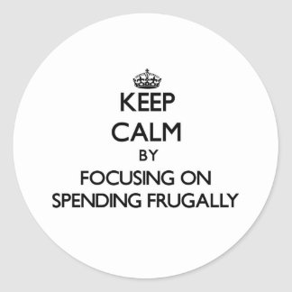 Guarde la calma centrándose en el gasto frugalment etiquetas redondas