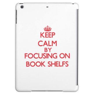 Guarde la calma centrándose en el libro Shelfs