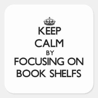 Guarde la calma centrándose en el libro Shelfs Calcomanía Cuadradas Personalizadas