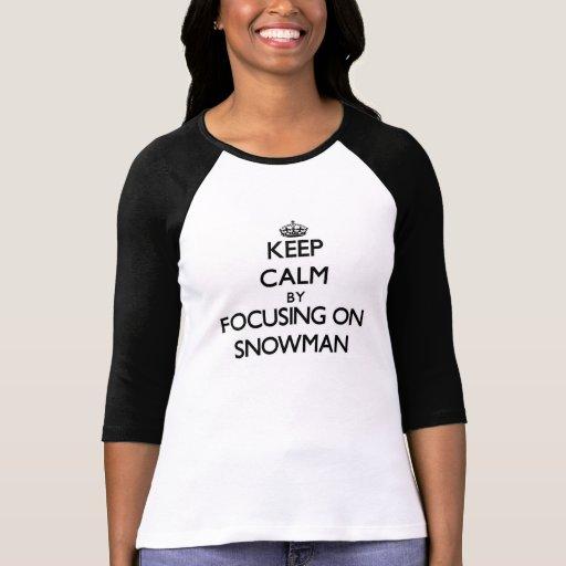 Guarde la calma centrándose en el muñeco de nieve camisetas