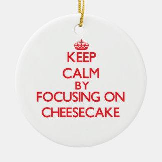 Guarde la calma centrándose en el pastel de queso adorno de navidad