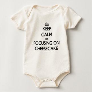 Guarde la calma centrándose en el pastel de queso traje de bebé