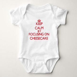 Guarde la calma centrándose en el pastel de queso t shirt