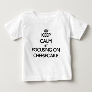 Guarde la calma centrándose en el pastel de queso camiseta