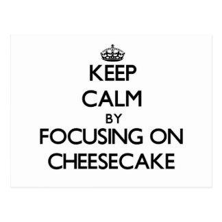 Guarde la calma centrándose en el pastel de queso postales