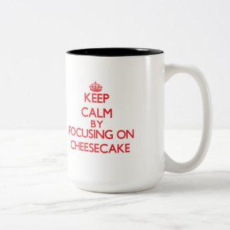 Guarde la calma centrándose en el pastel de queso tazas de café