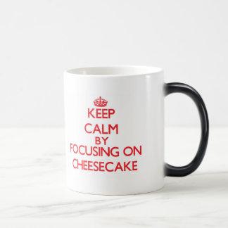 Guarde la calma centrándose en el pastel de queso taza de café