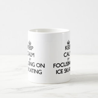 Guarde la calma centrándose en el patinaje de taza básica blanca