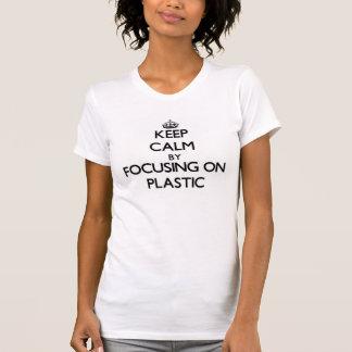 Guarde la calma centrándose en el plástico camisetas