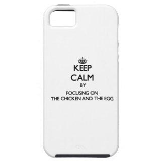 Guarde la calma centrándose en el pollo y el huevo iPhone 5 Case-Mate protector