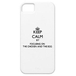 Guarde la calma centrándose en el pollo y el huevo iPhone 5 funda