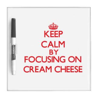 Guarde la calma centrándose en el queso cremoso pizarras blancas