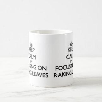 Guarde la calma centrándose en el rastrillo de las taza básica blanca