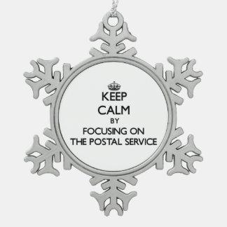 Guarde la calma centrándose en el servicio postal adorno de peltre en forma de copo de nieve