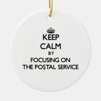 Guarde la calma centrándose en el servicio postal adorno redondo de cerámica