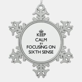 Guarde la calma centrándose en el sexto sentido adorno de peltre en forma de copo de nieve