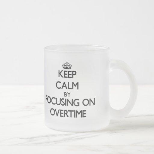 Guarde la calma centrándose en en horas extras taza