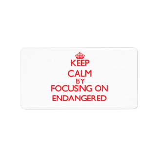 Guarde la calma centrándose en ENDANGERED Etiquetas De Dirección