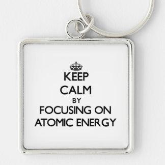 Guarde la calma centrándose en energía atómica llaveros personalizados