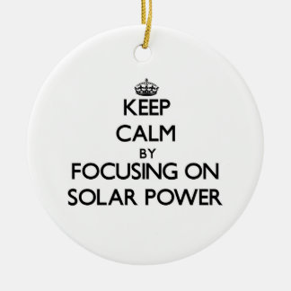Guarde la calma centrándose en energía solar adorno navideño redondo de cerámica