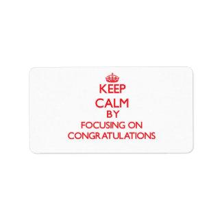 Guarde la calma centrándose en enhorabuena etiqueta de dirección