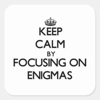 Guarde la calma centrándose en ENIGMAS Calcomanías Cuadradass