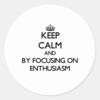 Guarde la calma centrándose en entusiasmo pegatinas redondas