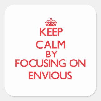 Guarde la calma centrándose en ENVIDIOSO Calcomanías Cuadradas Personalizadas
