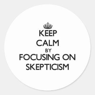 Guarde la calma centrándose en escepticismo etiquetas redondas