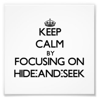 Guarde la calma centrándose en escondite fotografías