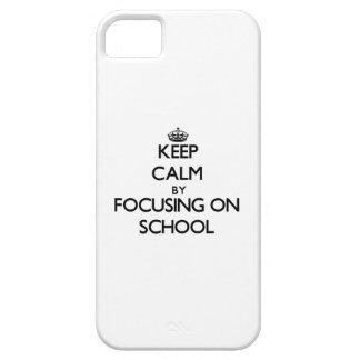 Guarde la calma centrándose en escuela iPhone 5 protectores