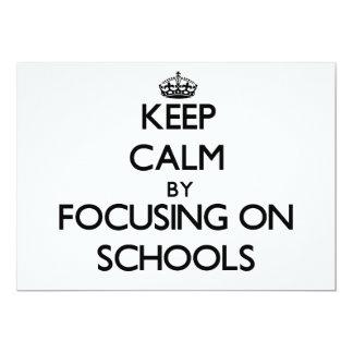 """Guarde la calma centrándose en escuelas invitación 5"""" x 7"""""""