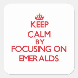 Guarde la calma centrándose en esmeraldas pegatina cuadrada