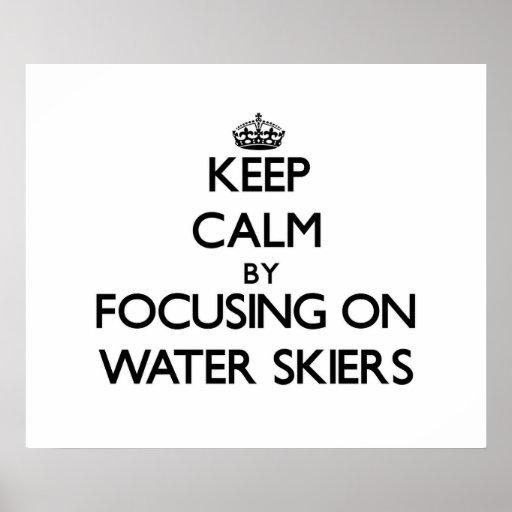 Guarde la calma centrándose en esquiadores del agu poster