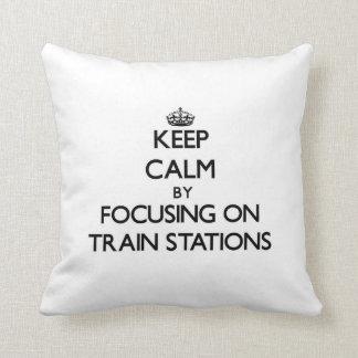 Guarde la calma centrándose en estaciones de tren cojín