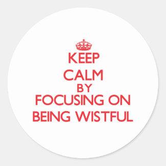 Guarde la calma centrándose en estar anhelante etiqueta redonda