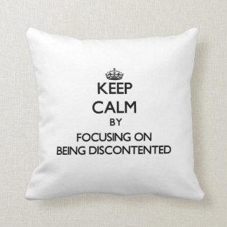 Guarde la calma centrándose en estar descontento cojin
