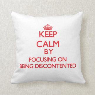 Guarde la calma centrándose en estar descontento almohada