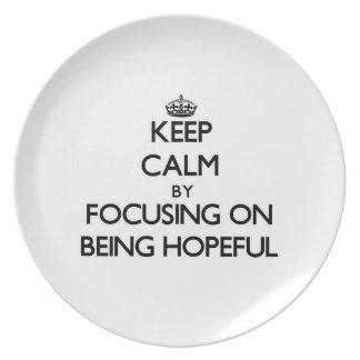 Guarde la calma centrándose en estar esperanzado platos para fiestas