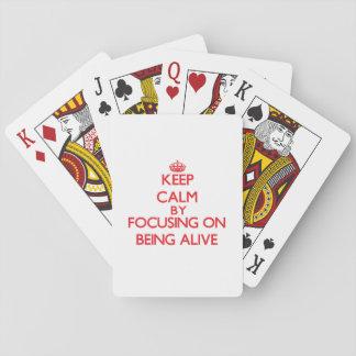 Guarde la calma centrándose en estar vivo baraja de póquer