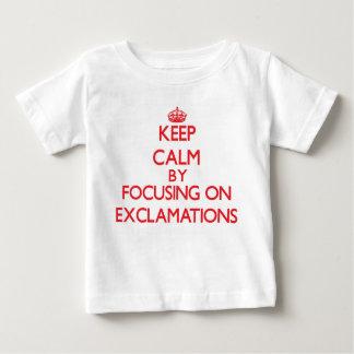 Guarde la calma centrándose en EXCLAMACIONES T-shirt