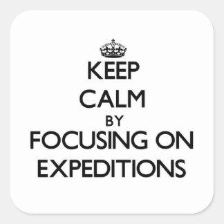 Guarde la calma centrándose en EXPEDICIONES Calcomanía Cuadrada Personalizada