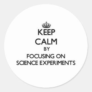 Guarde la calma centrándose en experimentos de la etiquetas redondas