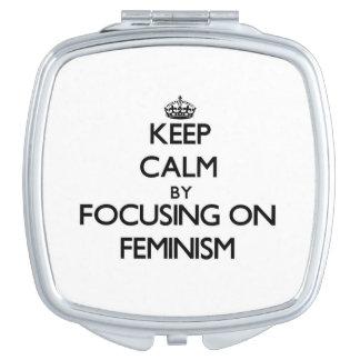 Guarde la calma centrándose en feminismo espejo de maquillaje