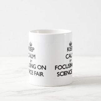 Guarde la calma centrándose en feria de ciencia taza básica blanca