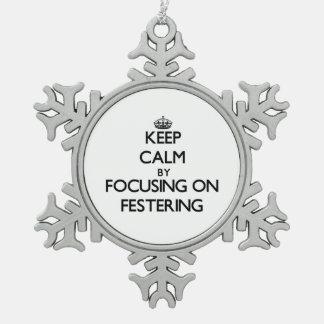 Guarde la calma centrándose en Festering Adorno