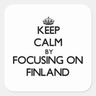 Guarde la calma centrándose en Finlandia Calcomanía Cuadradase